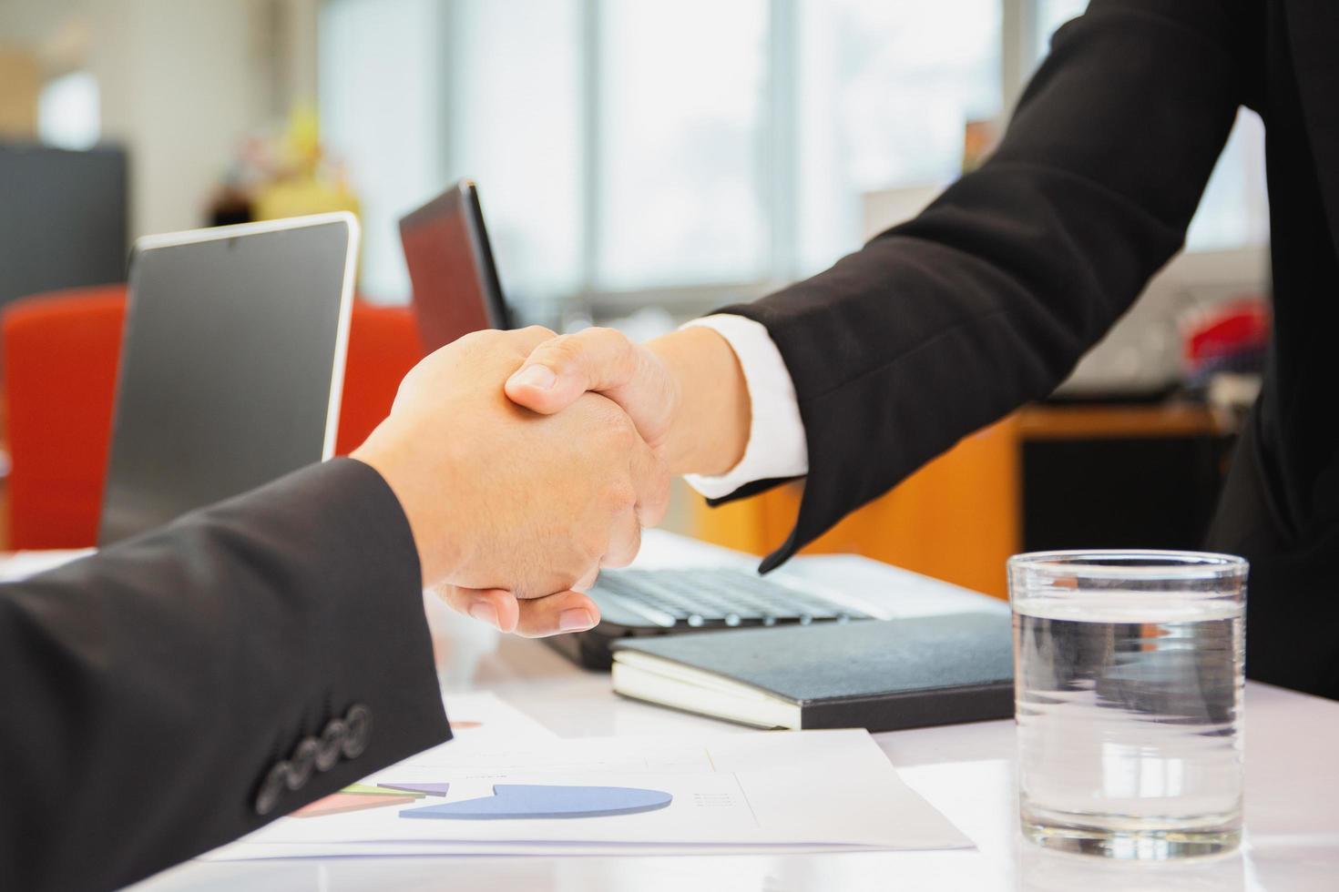 uomini d'affari si stringono la mano in accordo foto