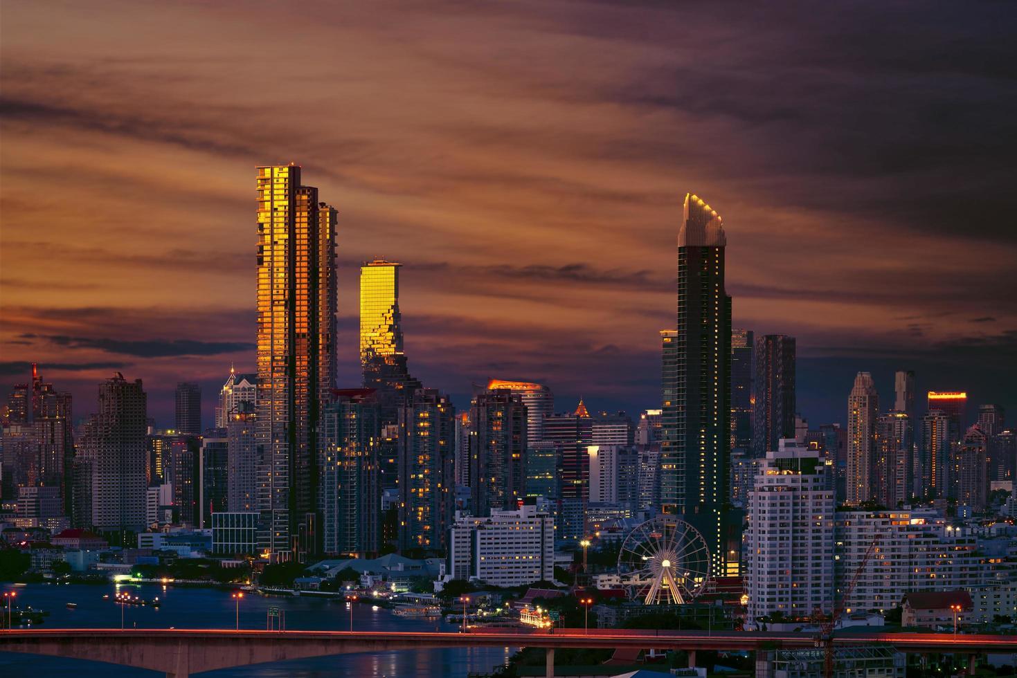 skyline di bangkok al tramonto foto
