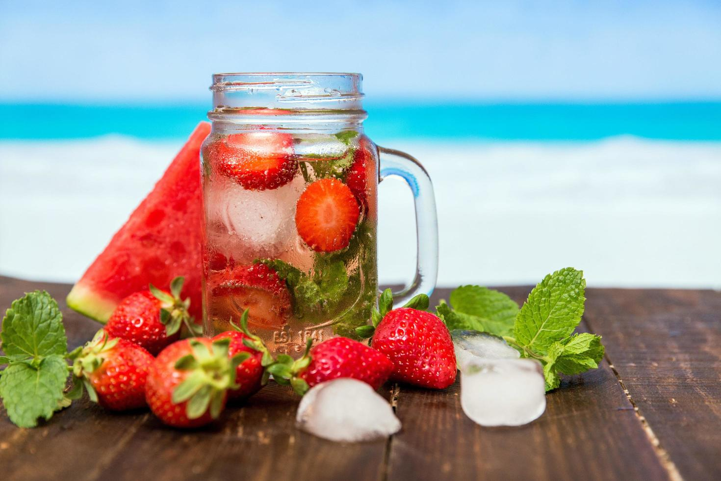 bevanda alla fragola su sfondo tropicale foto