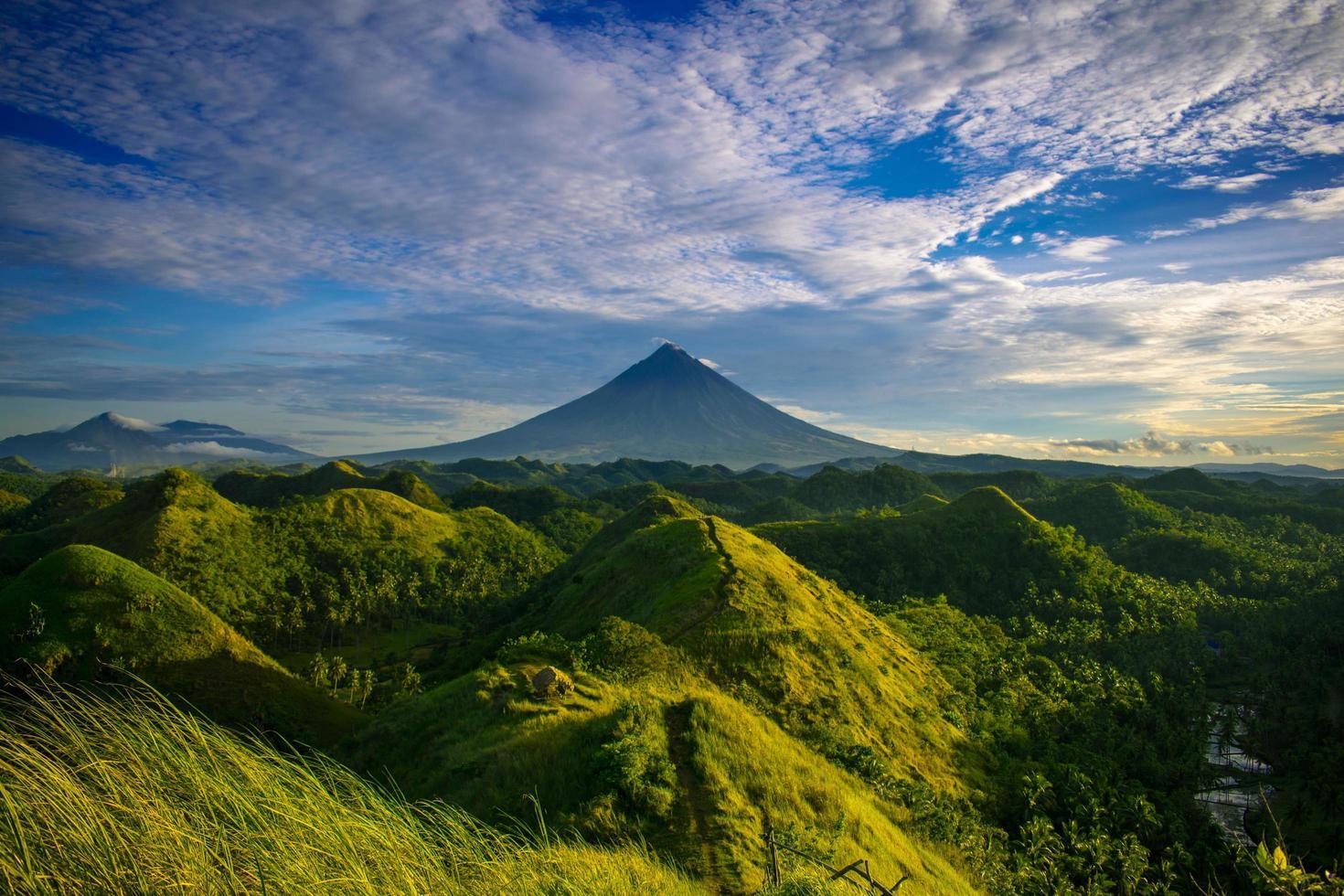 vista panoramica sulle colline coperte di erba e montagna foto