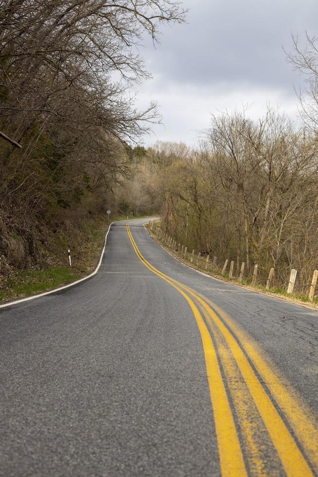 strada in cemento grigio foto