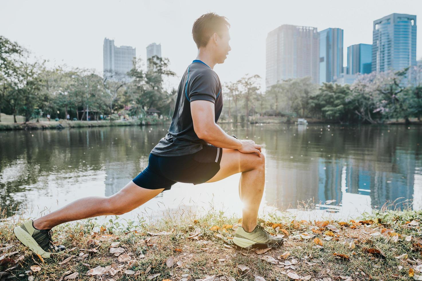 corridore facendo esercizio di stretching foto