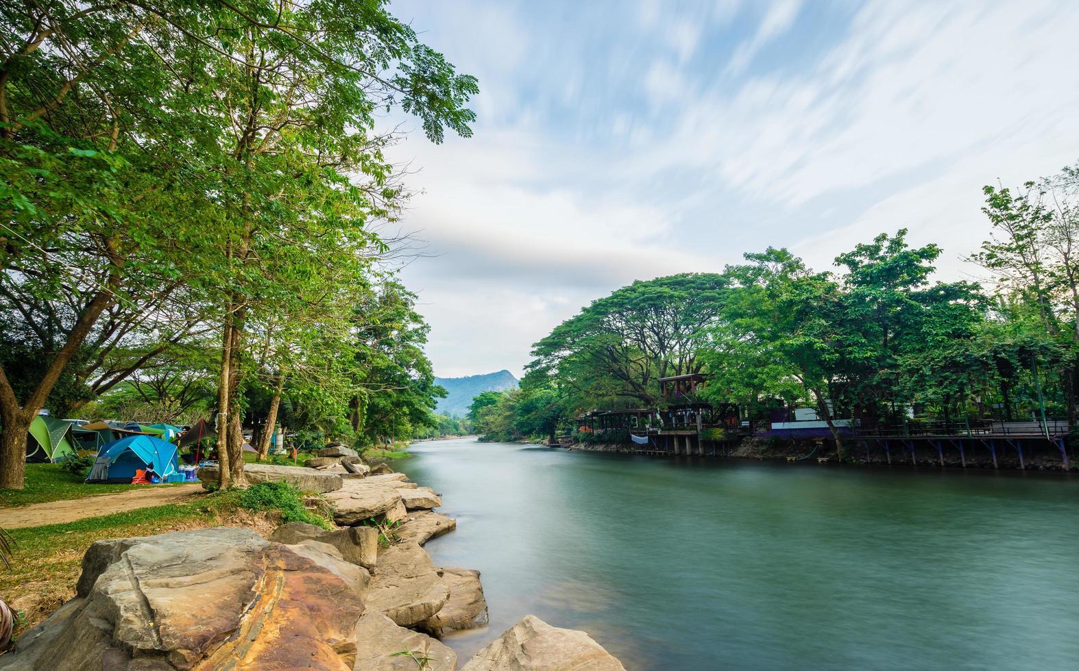 campeggio e tende vicino al fiume foto
