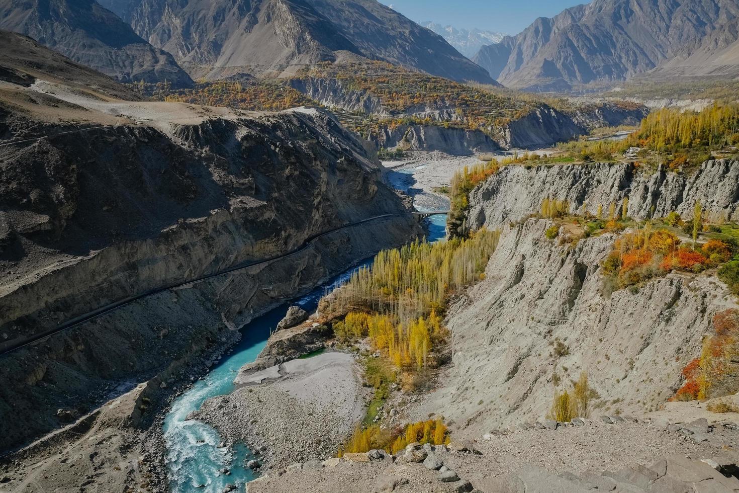 fiume tortuoso che scorre attraverso la catena montuosa foto
