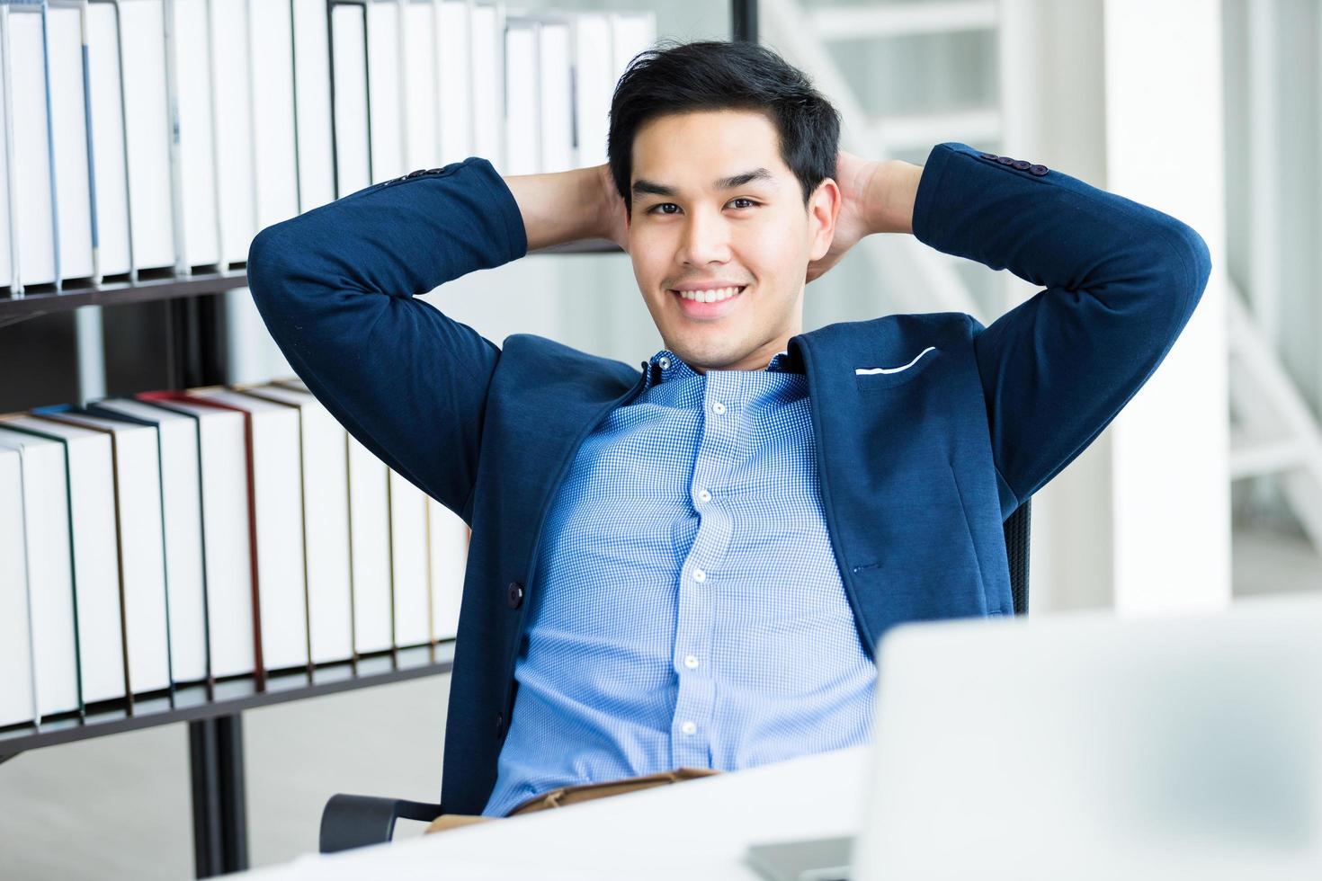 giovane imprenditore asiatico di successo foto