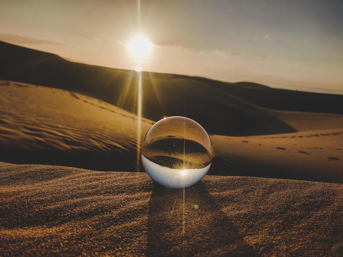 sfera di cristallo nel deserto foto