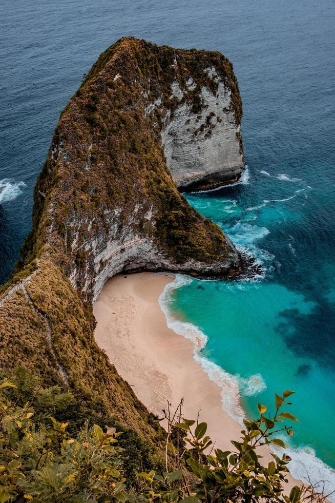 spiaggia vicino alla formazione rocciosa foto