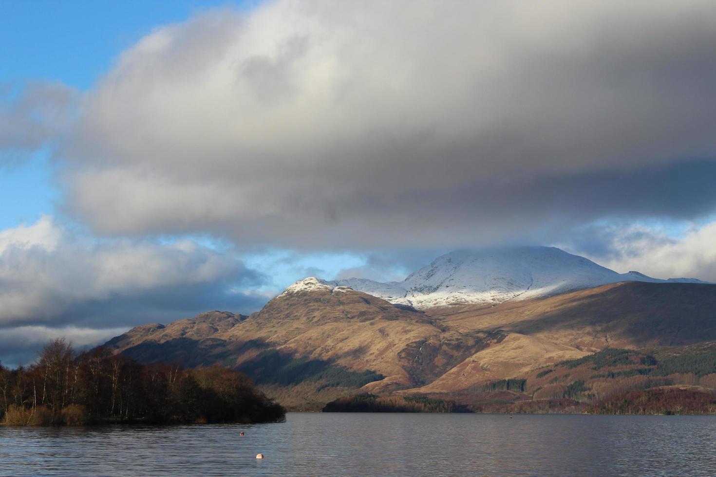 nuvole in bilico sulle montagne foto