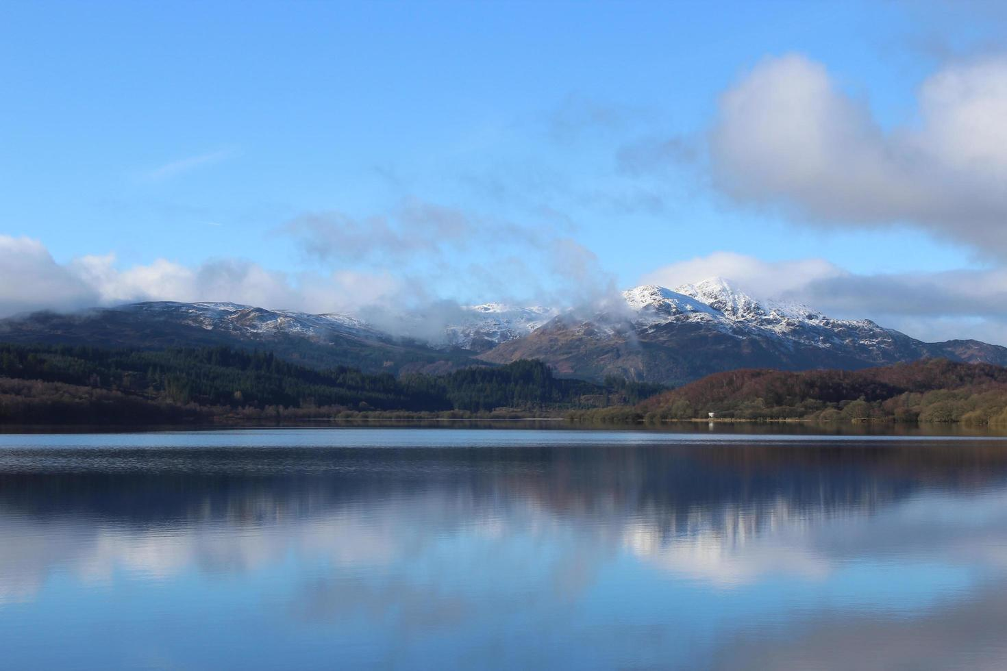 lago vicino alle montagne foto