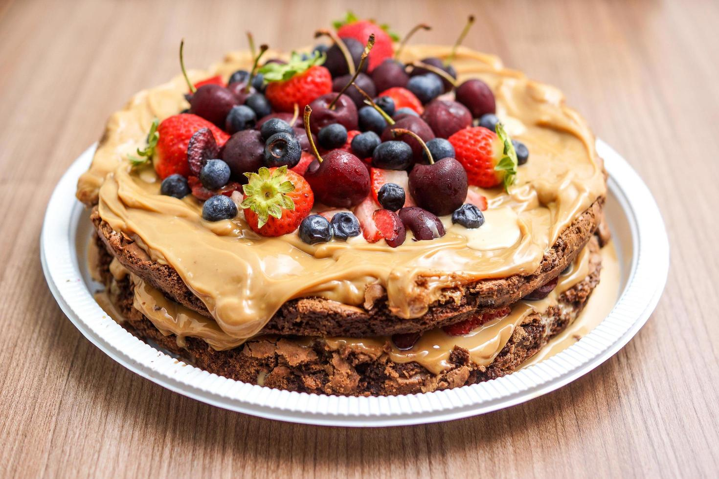 torta di biscotti ricoperta di frutta foto