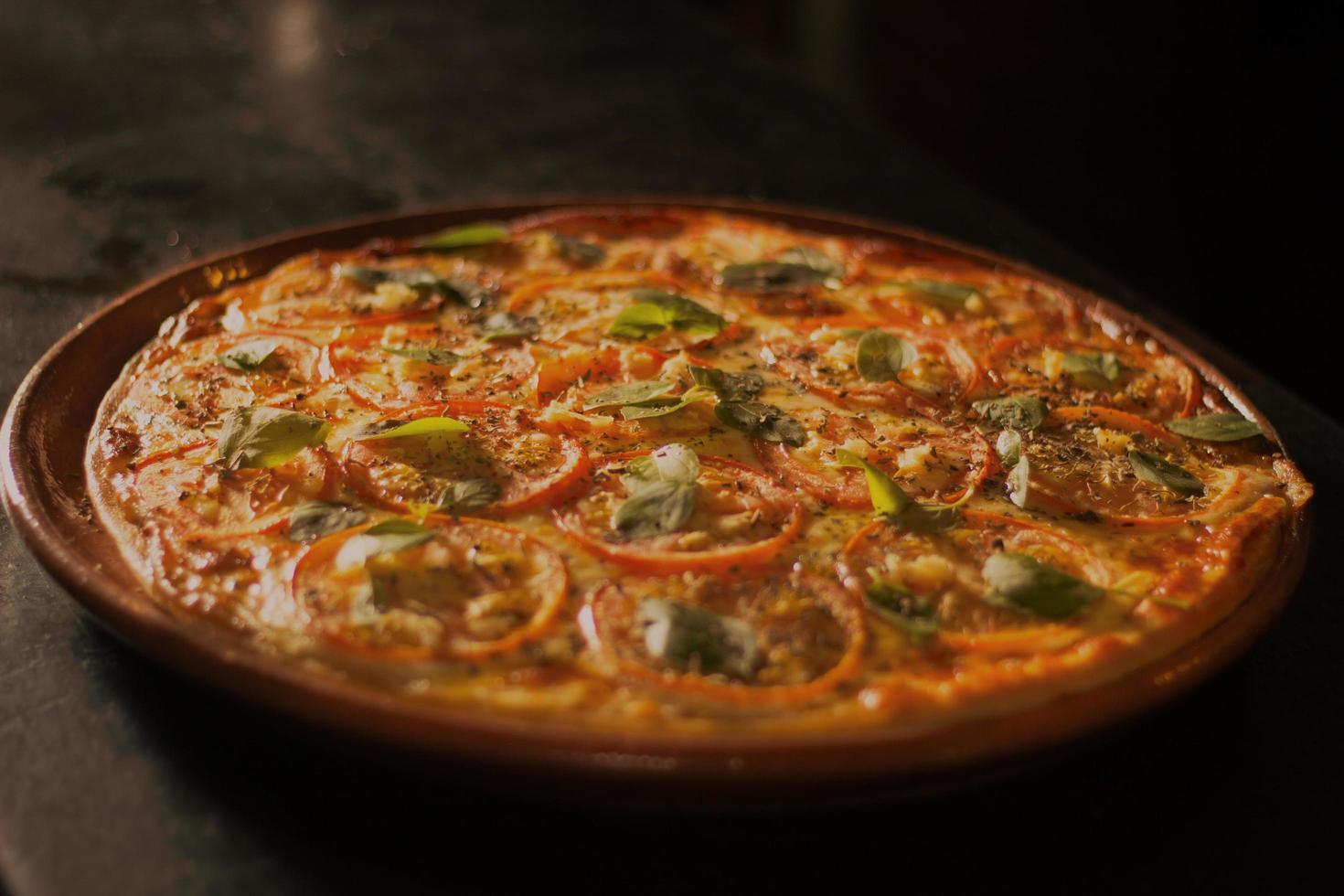 primo piano di pizza con salsa di peperoni foto