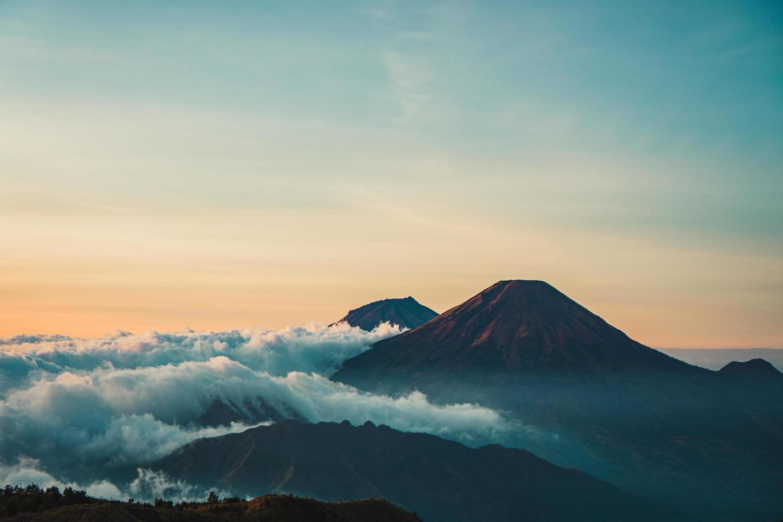 vista panoramica della montagna all'alba foto