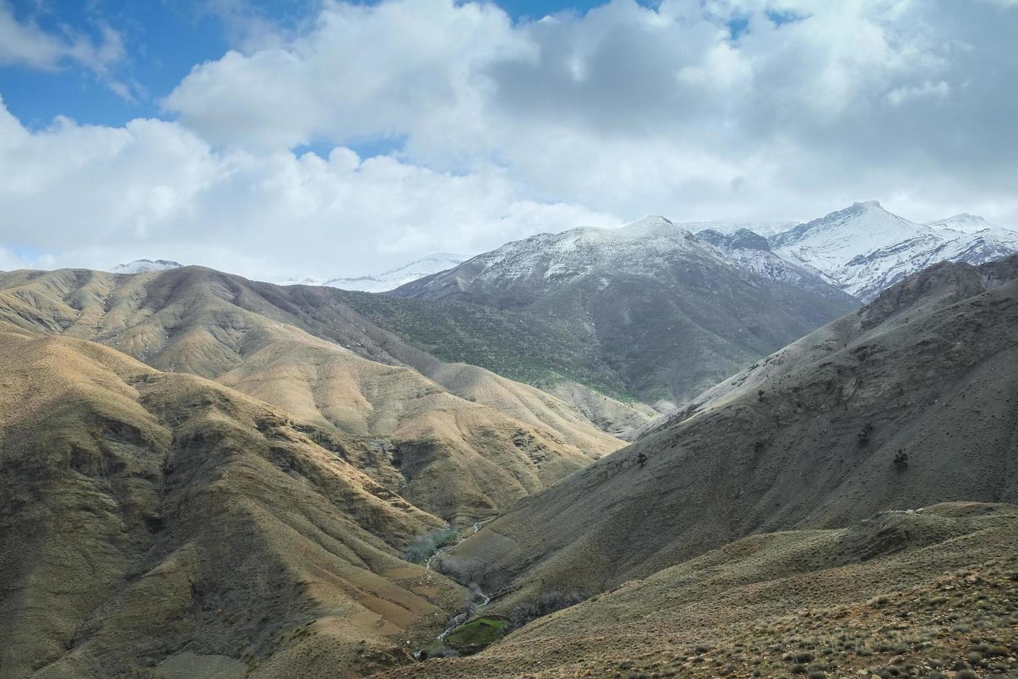 vista del paesaggio della catena montuosa dell'atlante contro il cielo nuvoloso foto