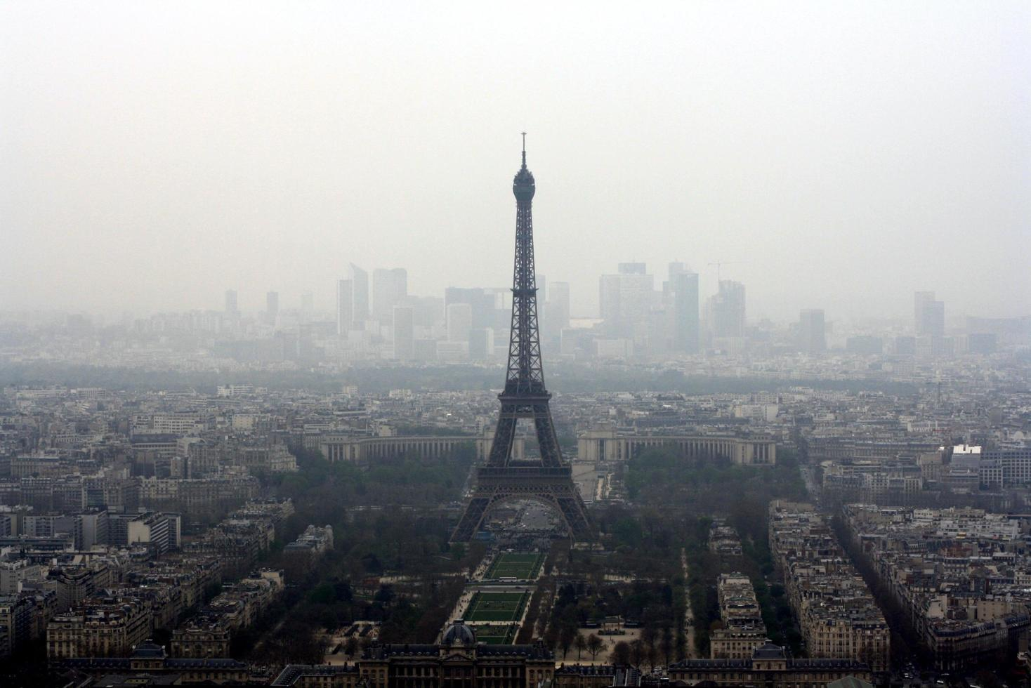 torre eiffel nella nebbia foto