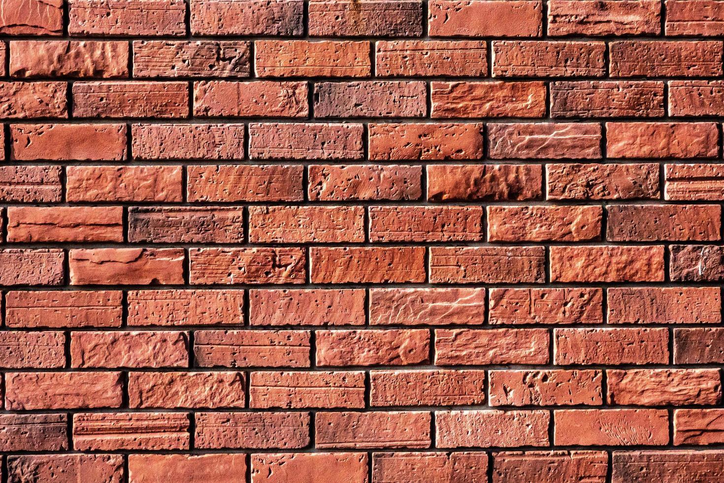 primo piano del muro di mattoni rossi foto