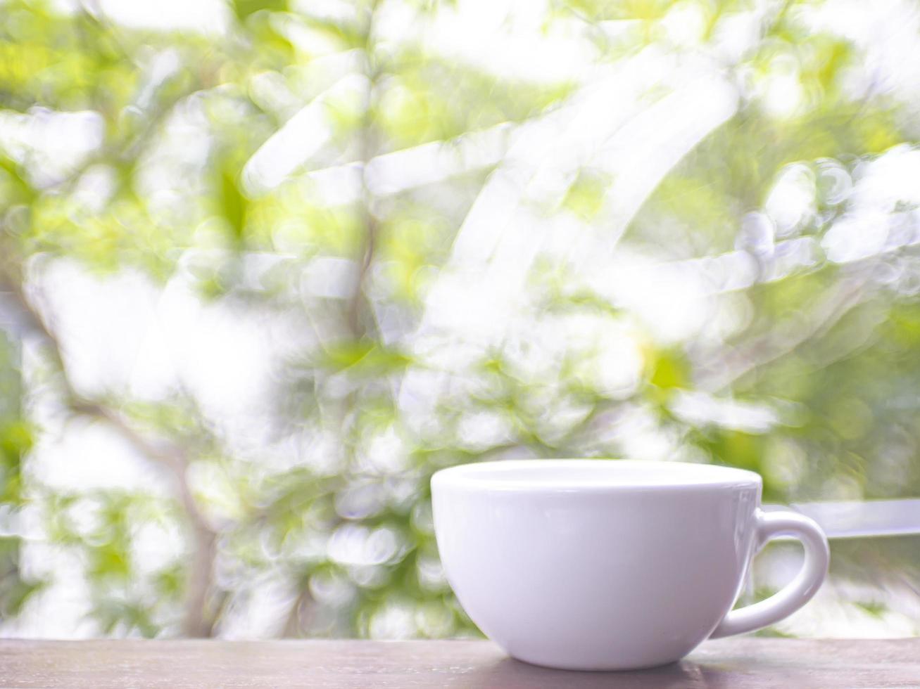 tazza di caffè sul tavolo fuori foto