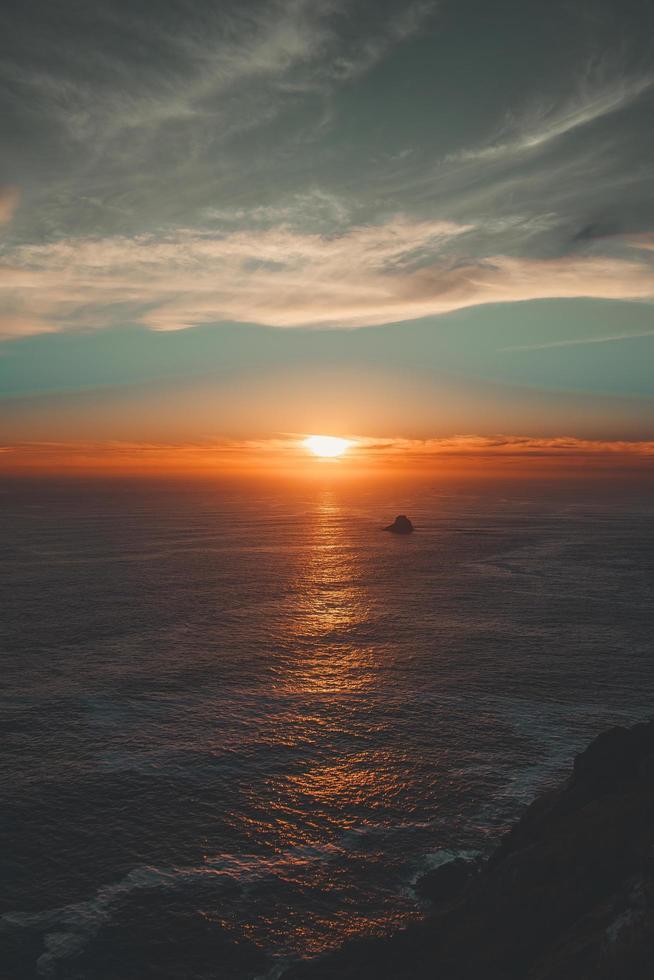 aerea del tramonto colorato sull'acqua foto