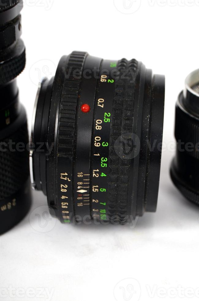 vecchio obiettivo della fotocamera a controllo manuale isolato su bianco foto