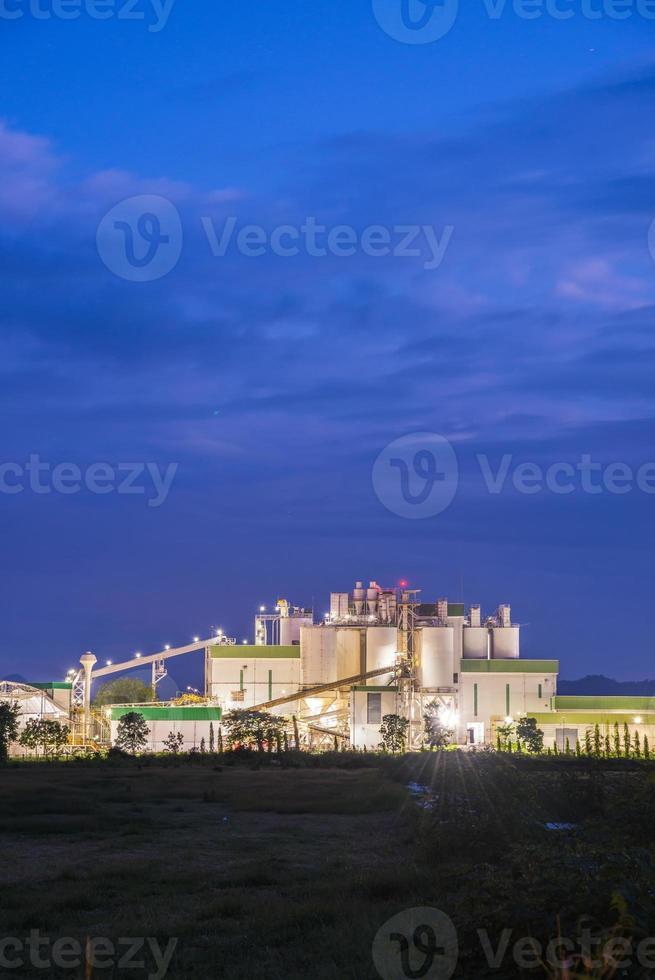 vista panoramica della fabbrica in serata foto