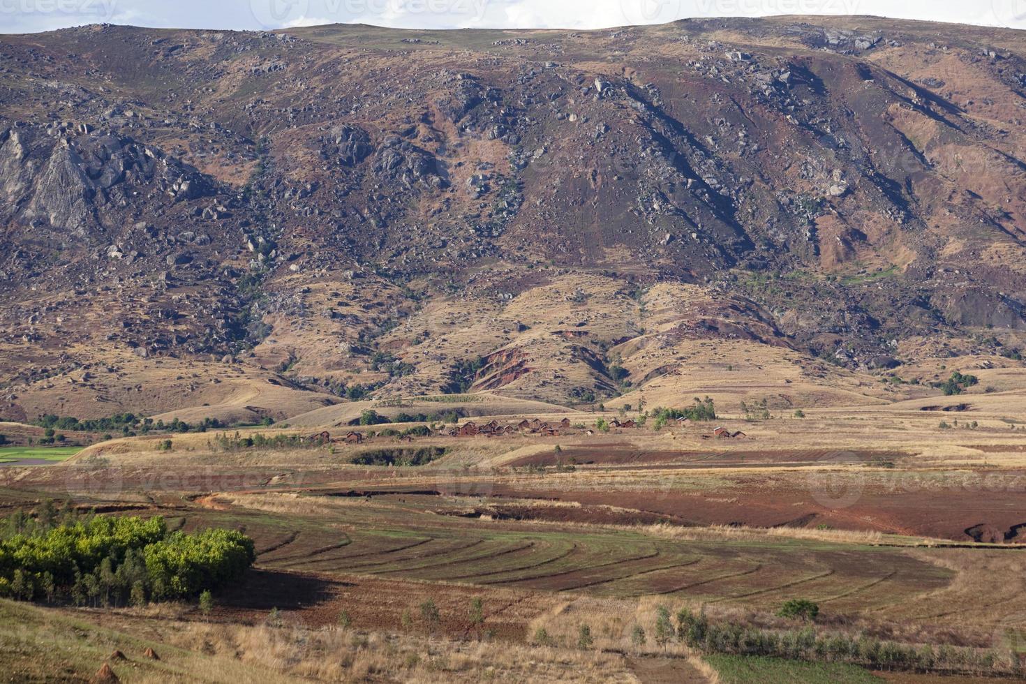 villaggio annidato sotto una montagna, madagascar foto