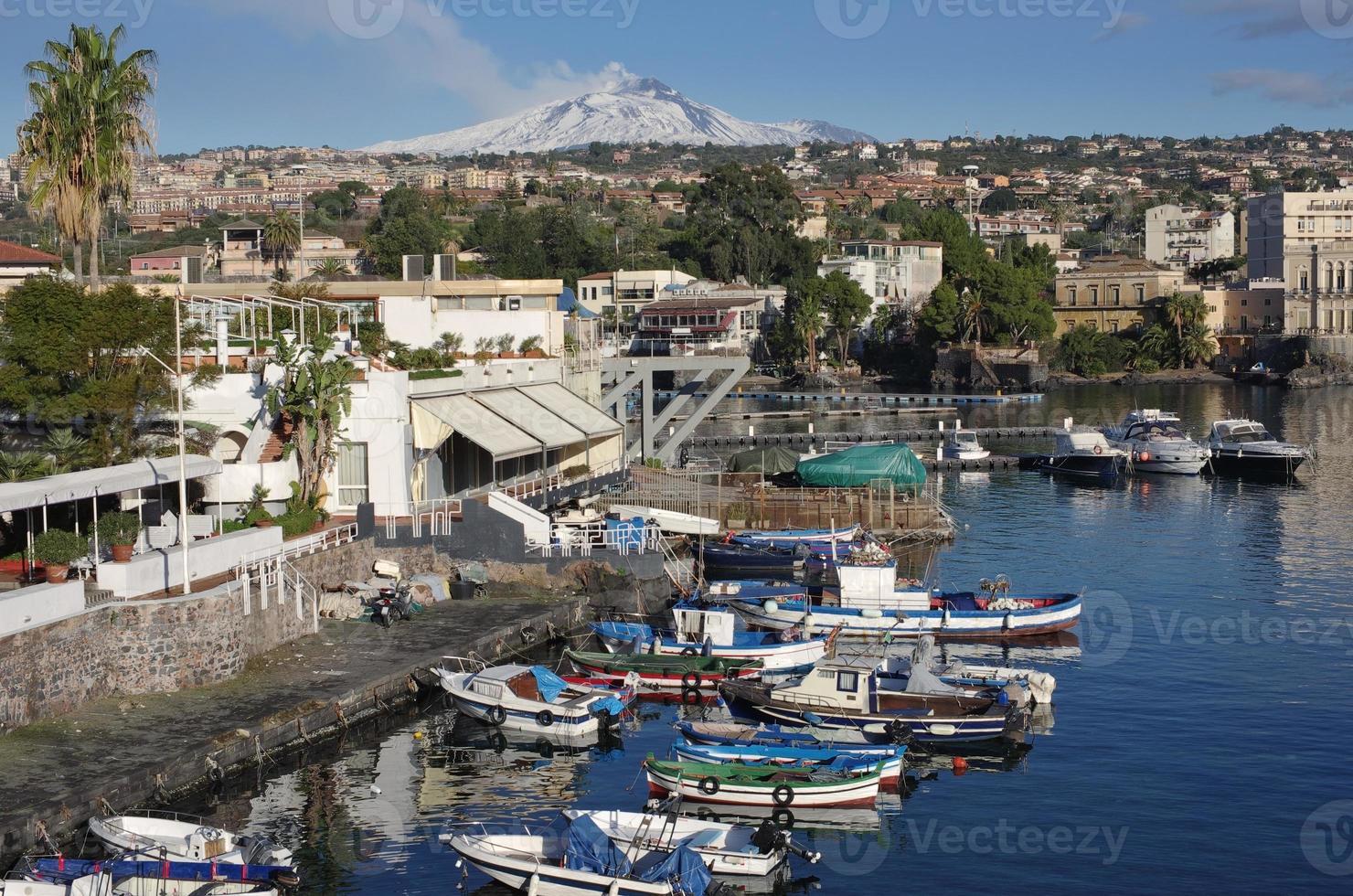 catania in sicilia ognina marina e il monte etna foto