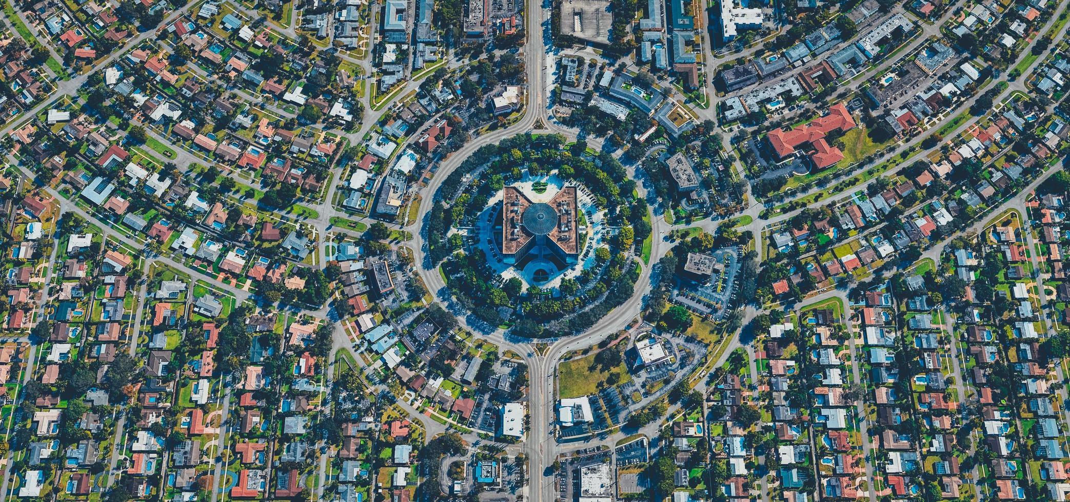 aerea di città, strade e terra foto