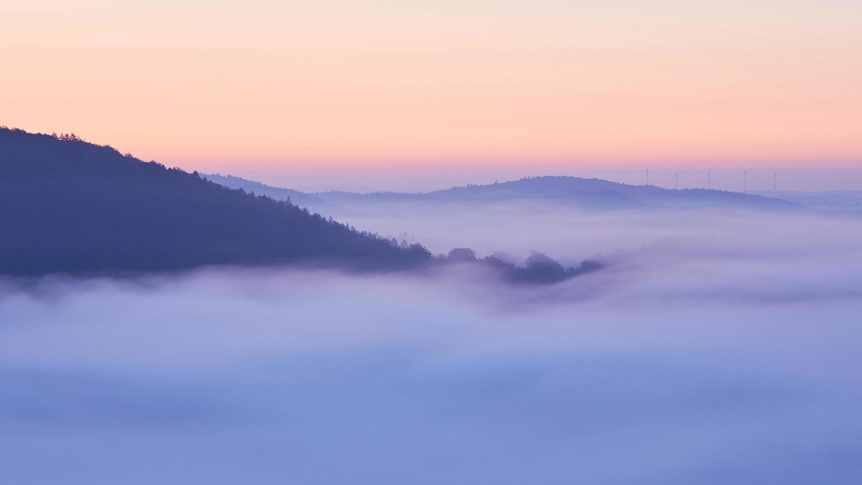 montagne coperte di nuvole. foto