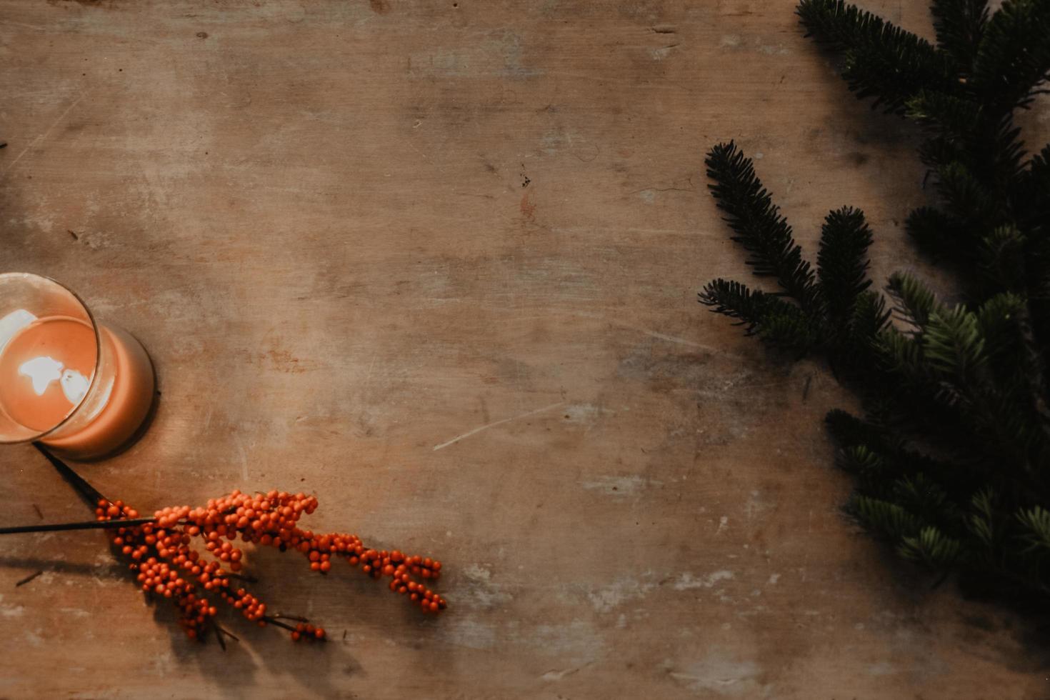tavolo in legno con decorazioni invernali foto