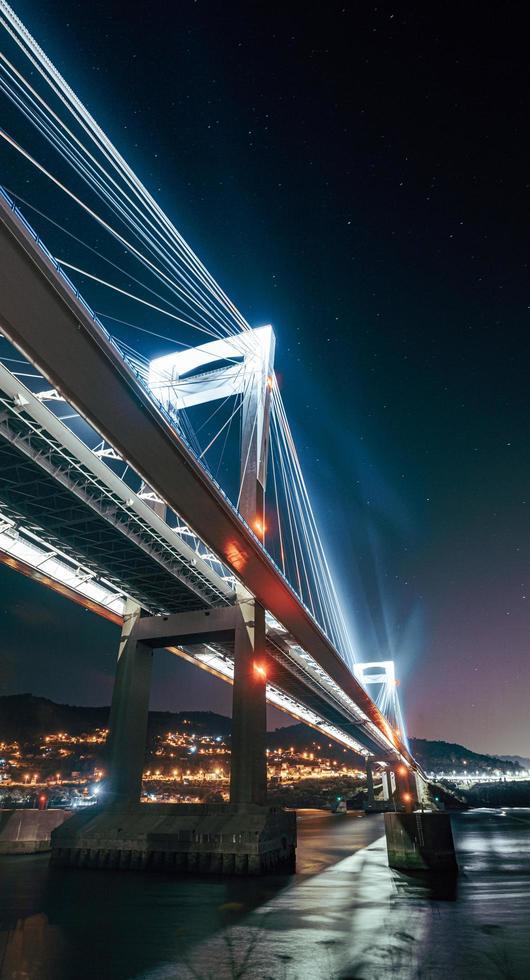 un ponte luminoso dal basso foto