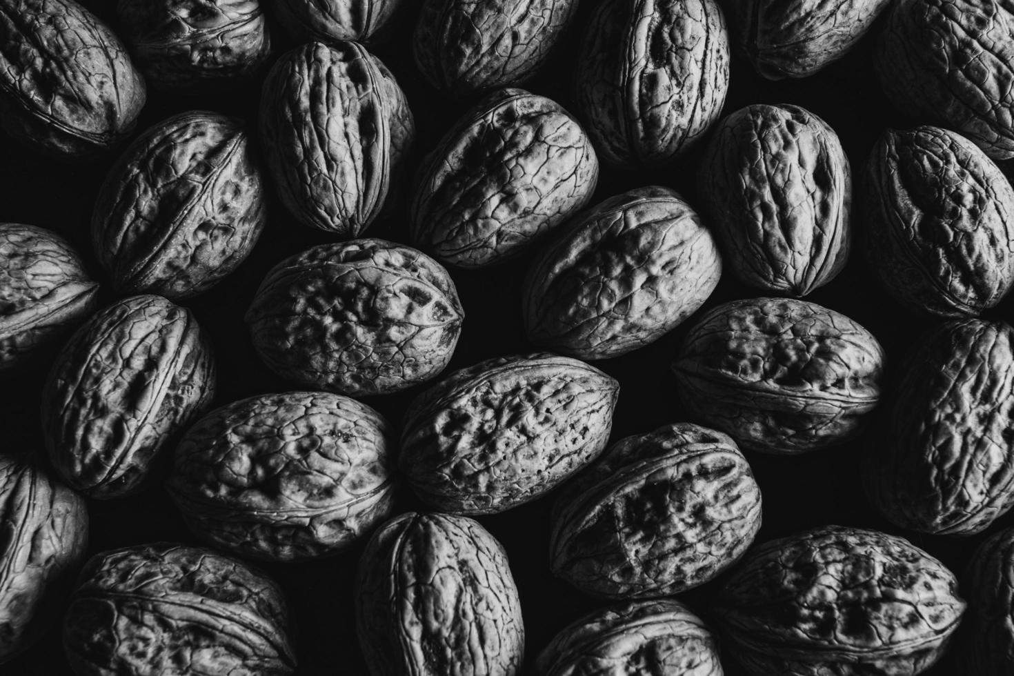 una foto in bianco e nero di alcune noci
