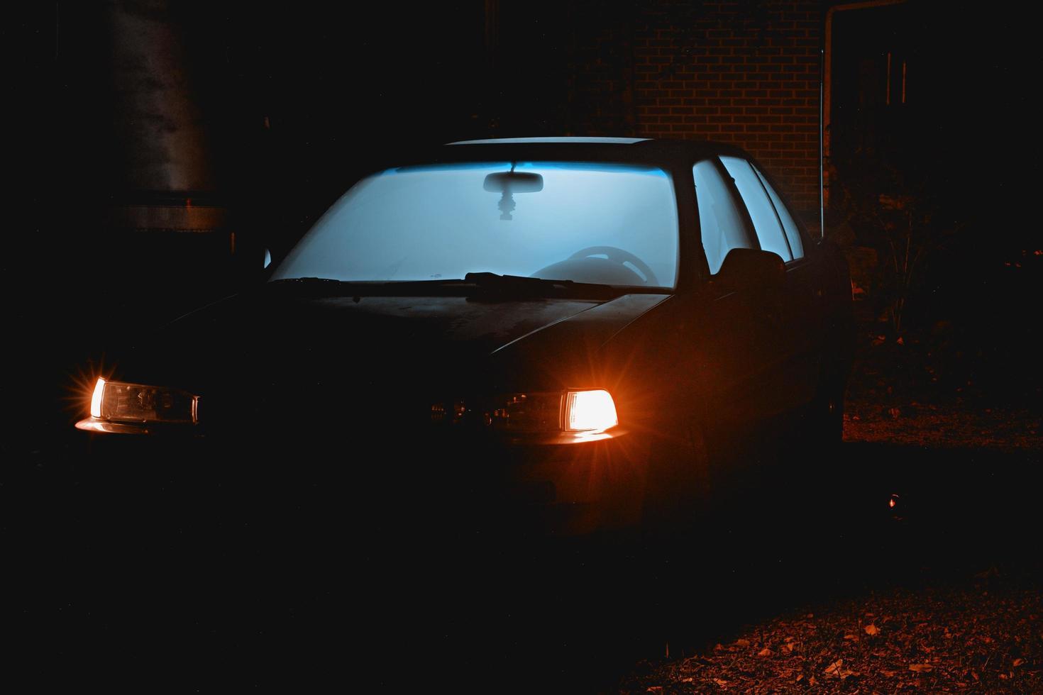 vecchia macchina con luce che splende attraverso le finestre foto