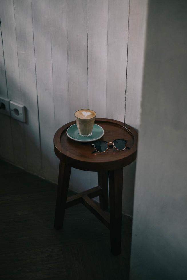 latte sulla tavola rotonda con occhiali da sole foto