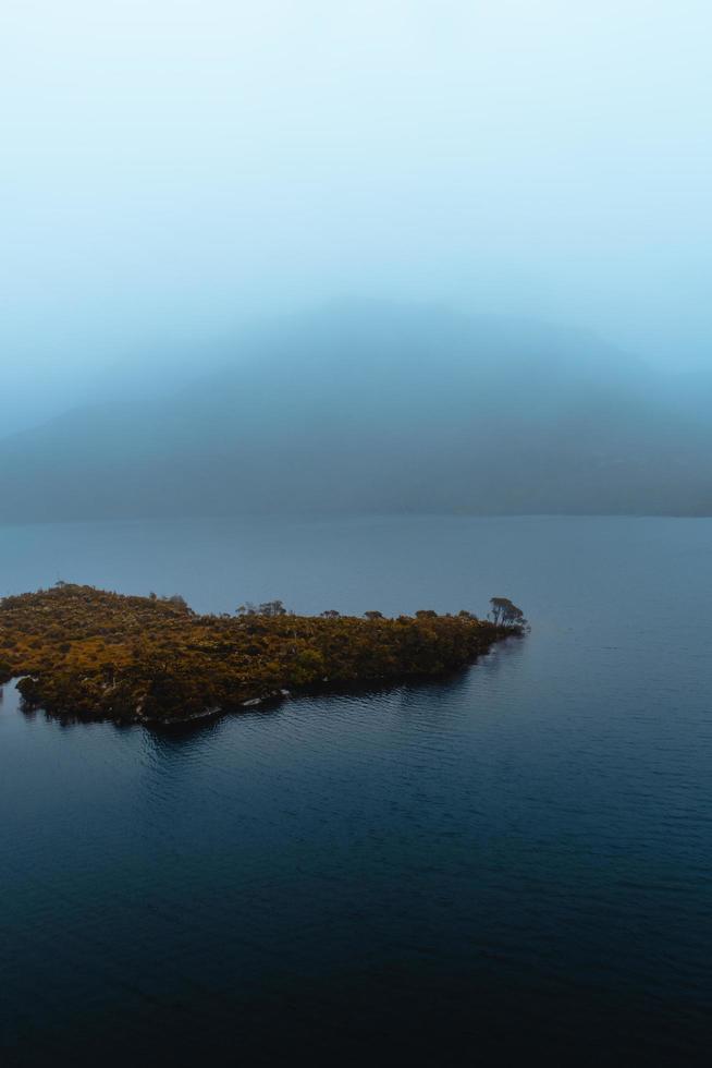 vista nebbiosa di un isolotto foto