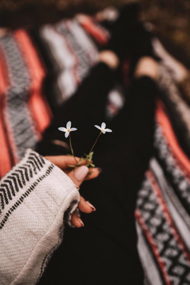 persona che tiene i fiori foto