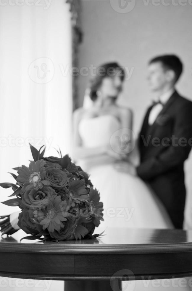 coppia in camera (monocromatica) foto