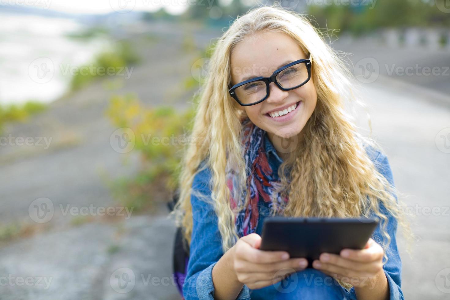 studente con un tablet all'aperto in estate foto