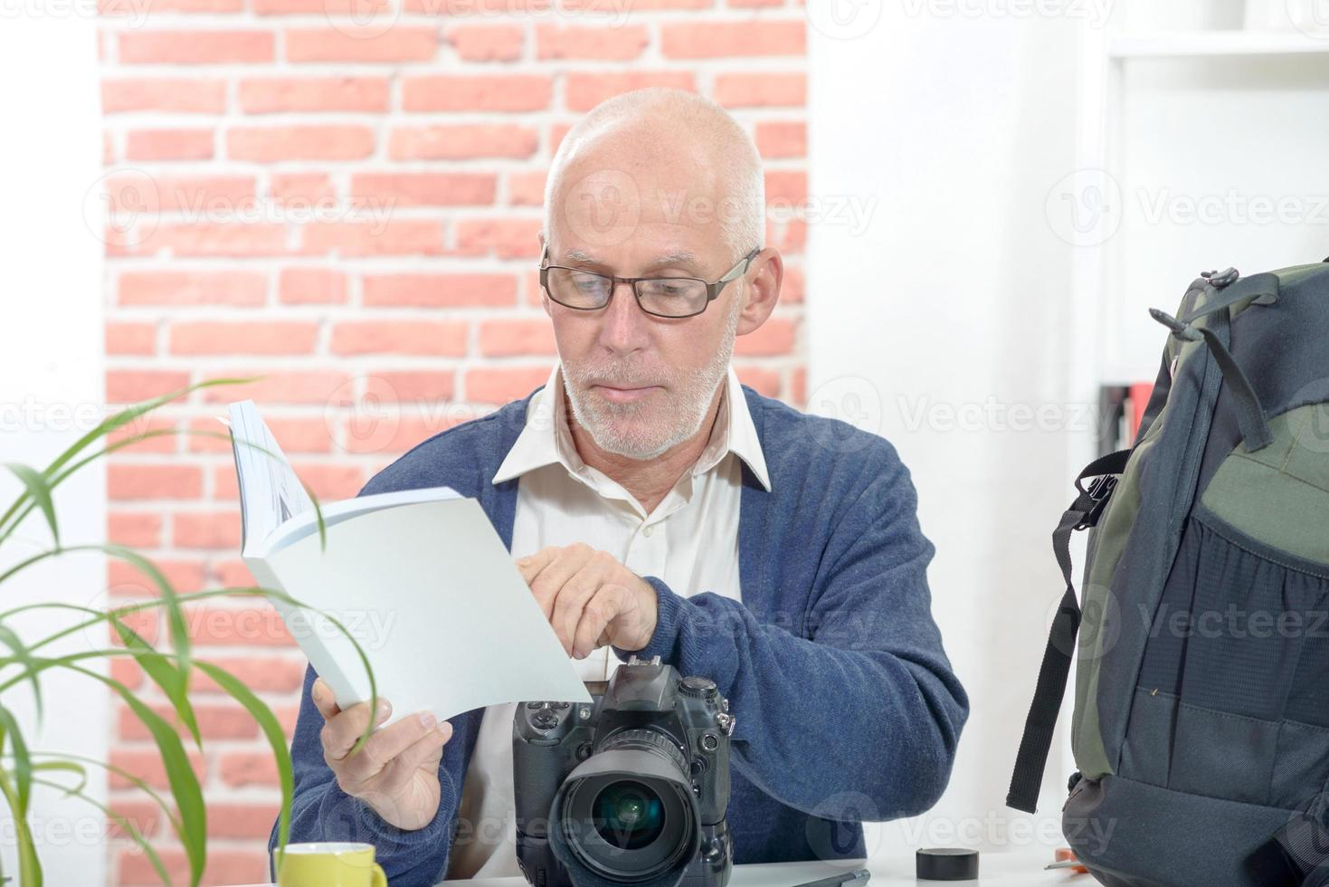 fotografo con la macchina fotografica e avviso foto