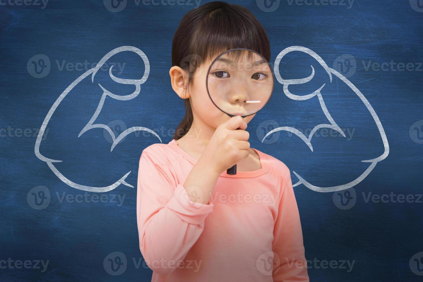 immagine composita della pupilla che guarda attraverso la lente di ingrandimento foto