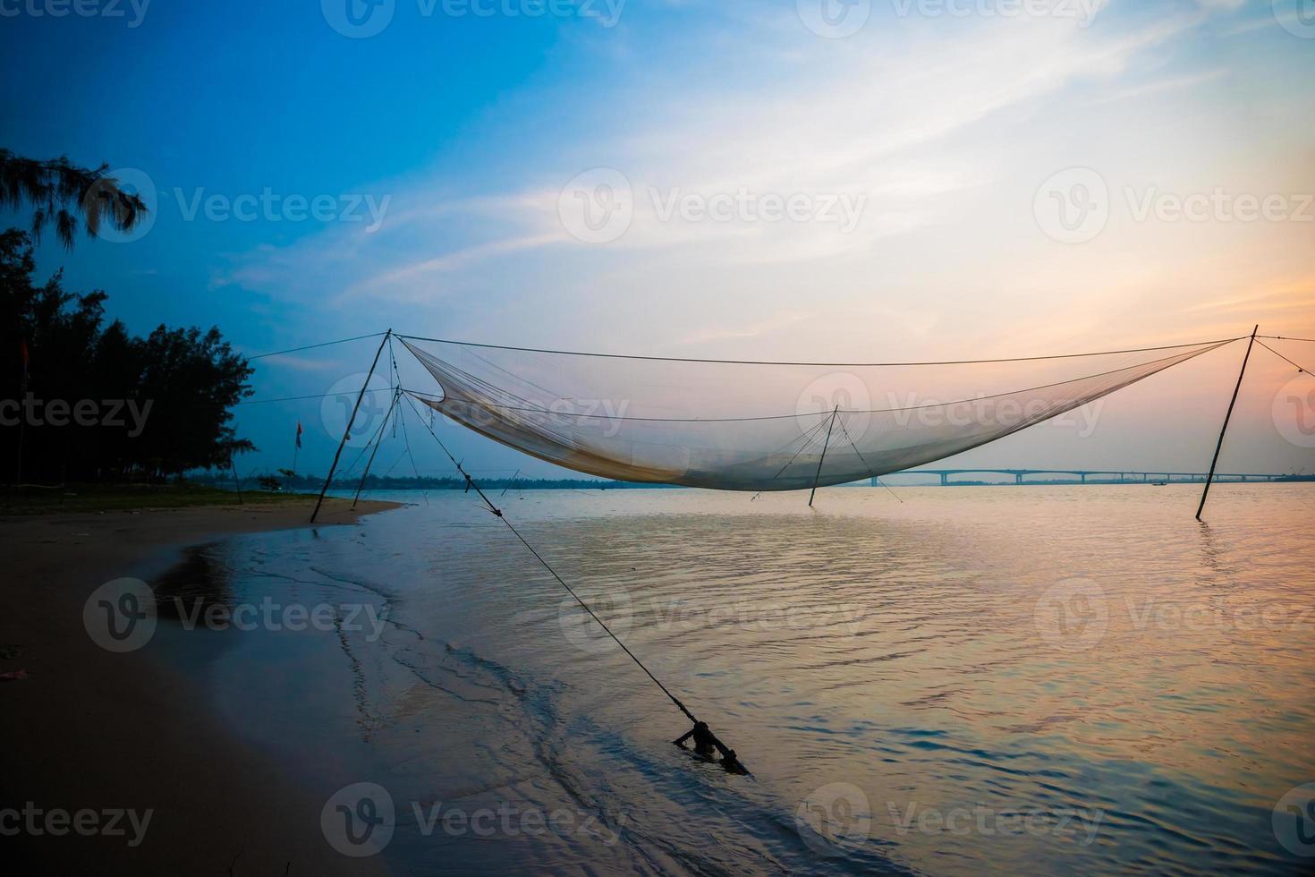 scena calma della rete da pesca contro il tramonto viola. foto