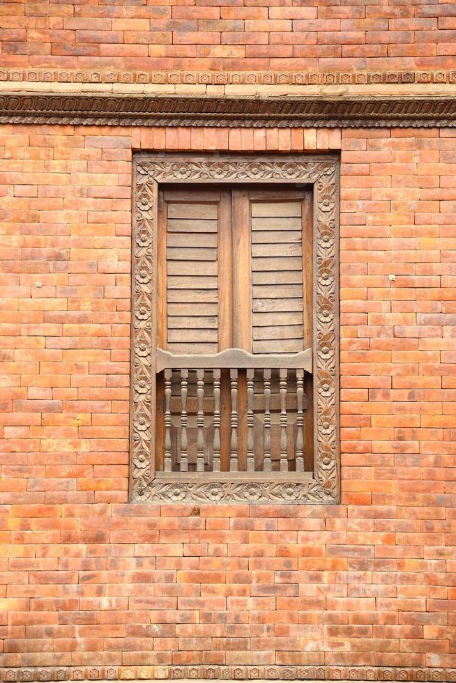 muro di mattoni con finestra foto