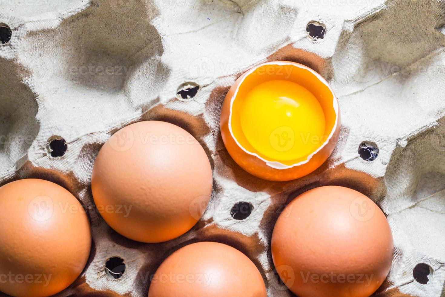 uova nel vassoio foto