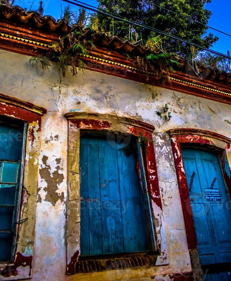 facciata di edificio coloniale brasiliano erosa dalle condizioni meteorologiche / regionali2014 foto