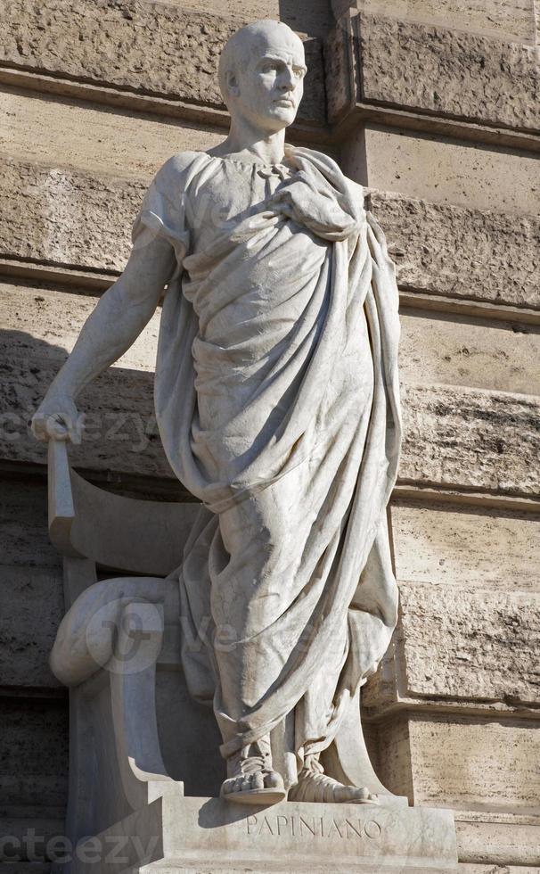 roma papiniano statua dalla facciata del palazzo di giustizia foto