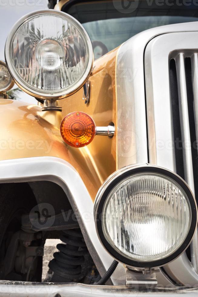 dettaglio di colore sul faro di un'auto d'epoca foto