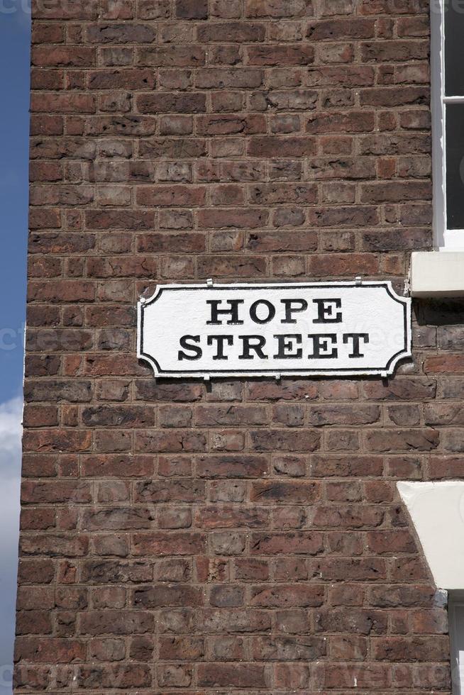 Spero un cartello stradale sul muro di mattoni rossi, Liverpool foto