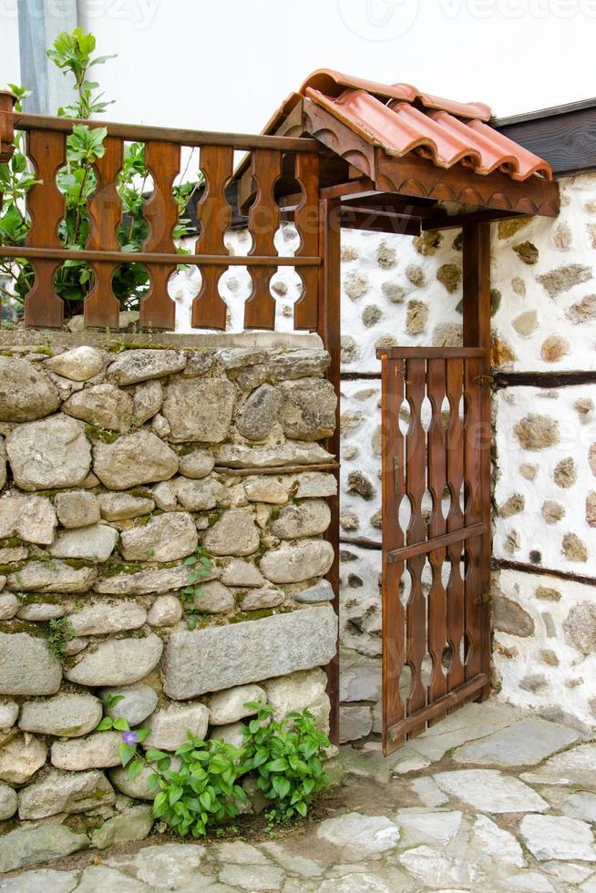 porta di legno aperta di una casa, melnik, bulgaria foto