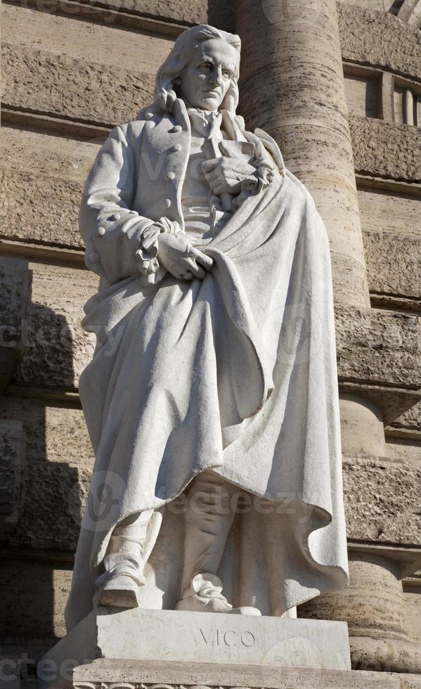 roma - statua del filosofo vico dal palazzo di giustizia foto