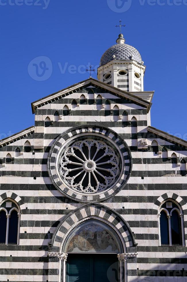 facciata di chiesa rigata in marmo a levanto foto