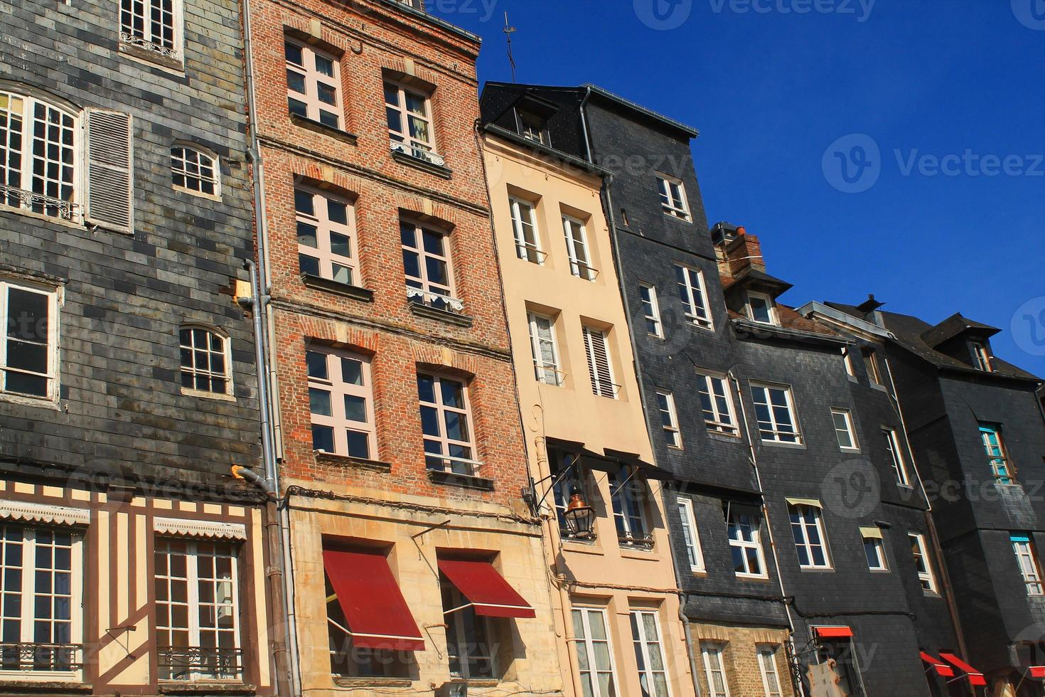 facciate d'ardoise au vieux bassin d'honfleur, francia foto
