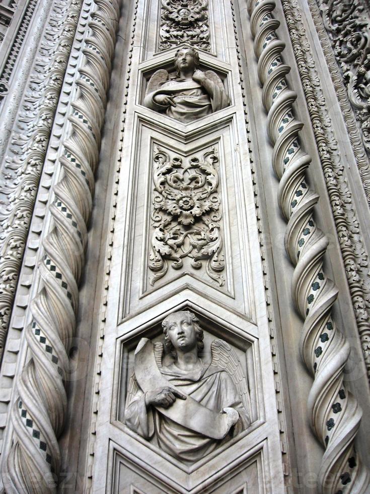 duomo di firenze cattedrale di santa maria del fiore, dettaglio della facciata foto